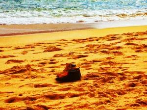 Zapatos, arena y mar